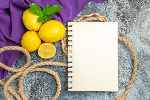 Bovenaanzicht verse citroenen met touwen