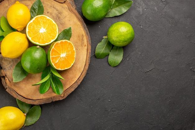 Bovenaanzicht verse citroenen op de donkere tafel limoen zuur fruit citrus