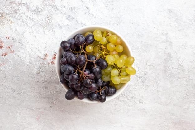 Bovenaanzicht verse druiven binnen plaat op lichte oppervlak fruit sappige zachte frisheid wijn