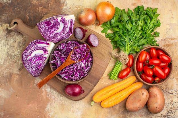 Bovenaanzicht verse en gezonde groenten voor zelfgemaakte salade op een houten ondergrond met vrije ruimte voor tekst