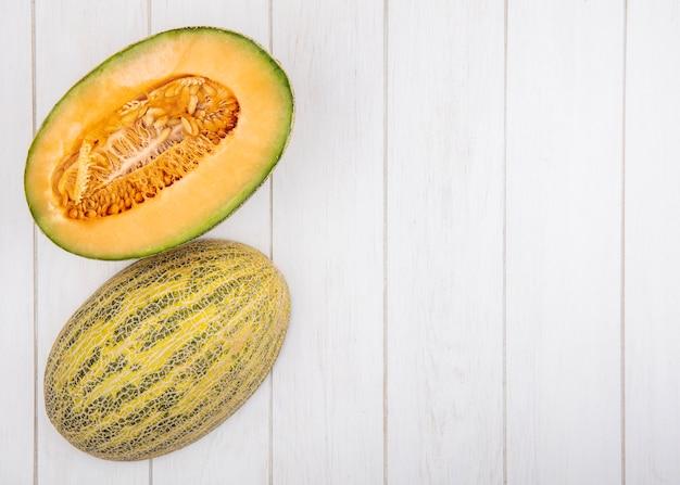 Bovenaanzicht verse en heerlijke meloen meloen op wit met kopie ruimte