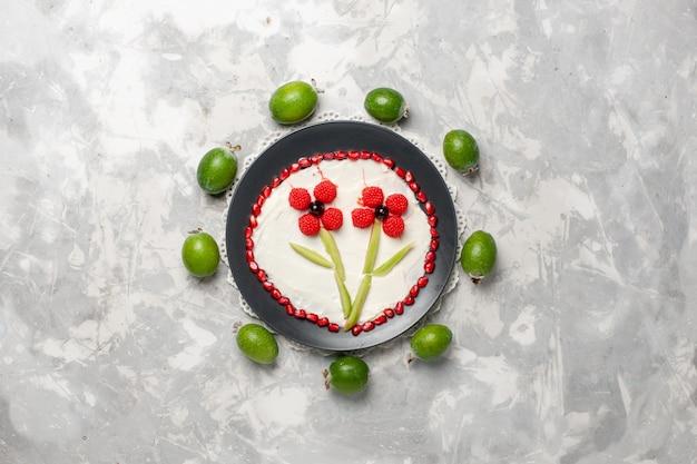 Bovenaanzicht verse granaatappel korrels met feijoa op witte ruimte Gratis Foto
