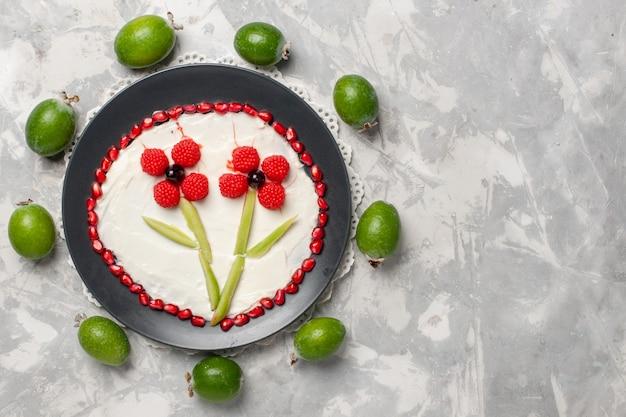 Bovenaanzicht verse granaatappel korrels met feijoa op witte ruimte