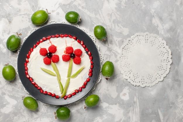 Bovenaanzicht verse granaatappel korrels met feijoas op witte ruimte