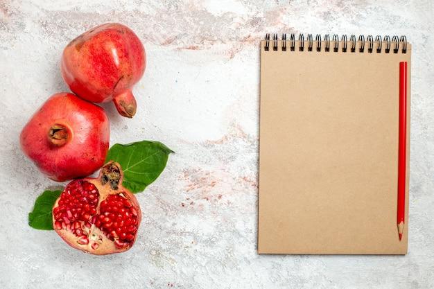 Bovenaanzicht verse granaatappel op witte ruimte