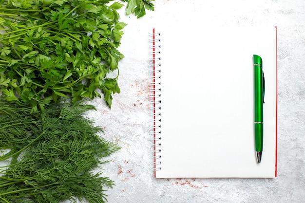 Bovenaanzicht verse greens op wit achtergrond groen product maaltijdvoedsel