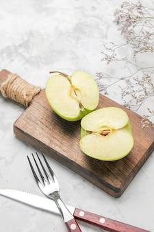 Bovenaanzicht verse groene appel gesneden op witte achtergrond