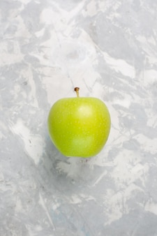 Bovenaanzicht verse groene appel op wit bureau