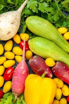 Bovenaanzicht verse groenten kerstomaatjes cumcuat radijs peterselie komkommers paprika courgette