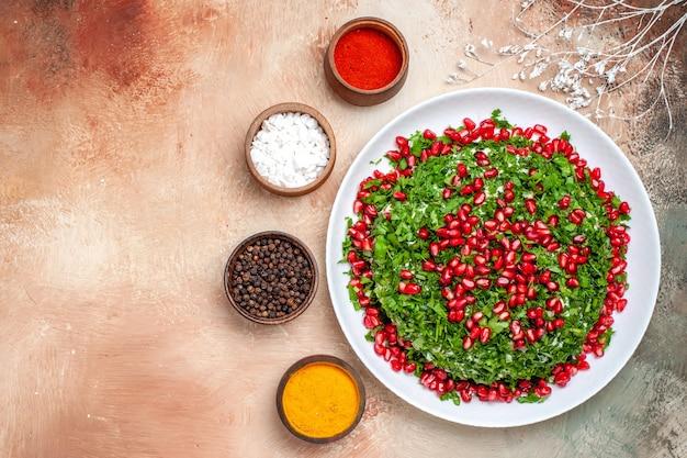 Bovenaanzicht verse groenten met gepelde granaatappels op de lichttafel maaltijd fruitkleur groen