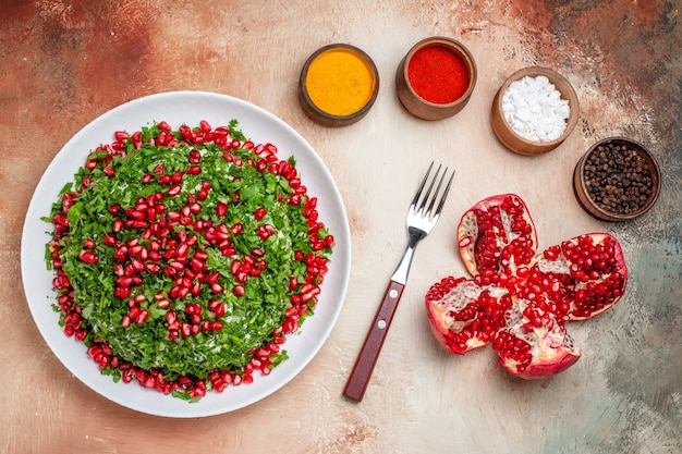 Bovenaanzicht verse groenten met gepelde granaatappels op lichte tafelgroenten fruitmaaltijd