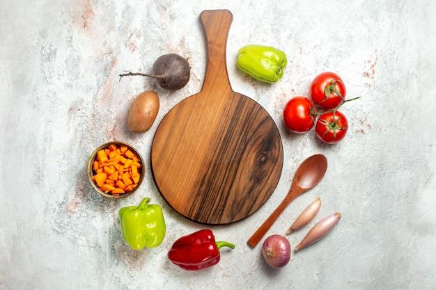 Bovenaanzicht verse groenten met gesneden peper op de witte ruimte