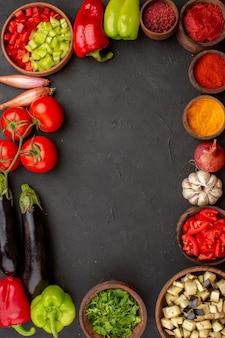 Bovenaanzicht verse groenten met greens en kruiden op de grijze achtergrond maaltijdsalade gezondheidsvoedsel groente