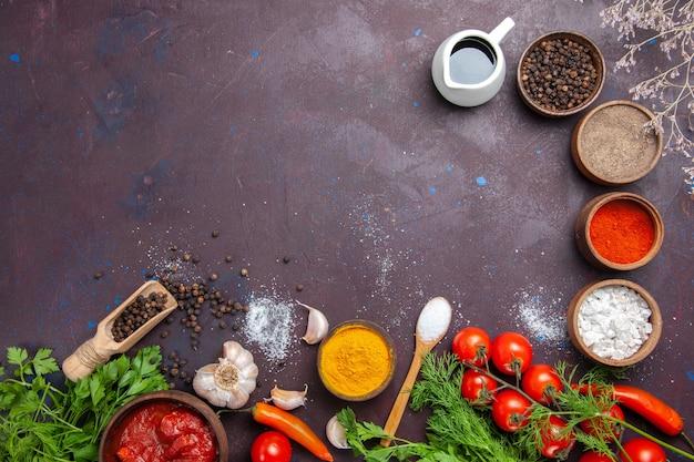 Bovenaanzicht verse groenten met greens en kruiden op donkere ruimte