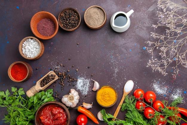 Bovenaanzicht verse groenten met greens en verschillende kruiden op donkere ruimte