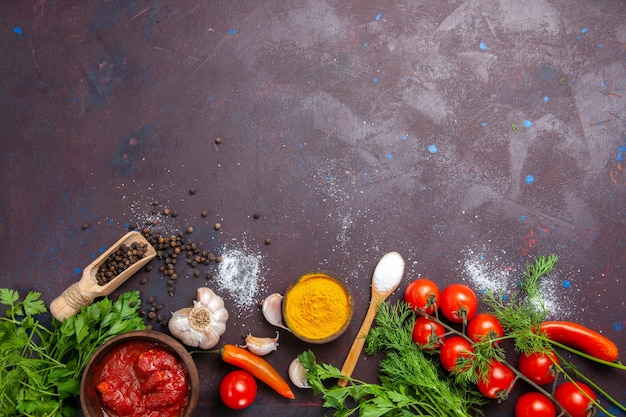 Bovenaanzicht verse groenten met greens op de donkere ruimte