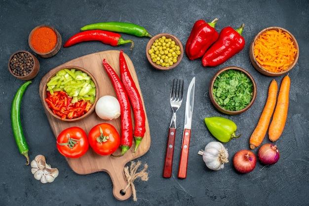 Bovenaanzicht verse groenten met greens op donkere tafel rijpe salade groenten