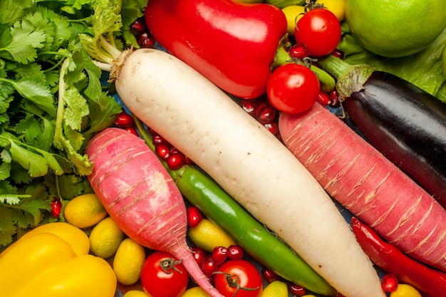 Bovenaanzicht verse groenten met greens op een blauwe achtergrond
