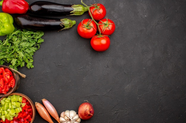 Bovenaanzicht verse groenten met greens op grijze achtergrond maaltijdsalade gezondheidsvoedsel