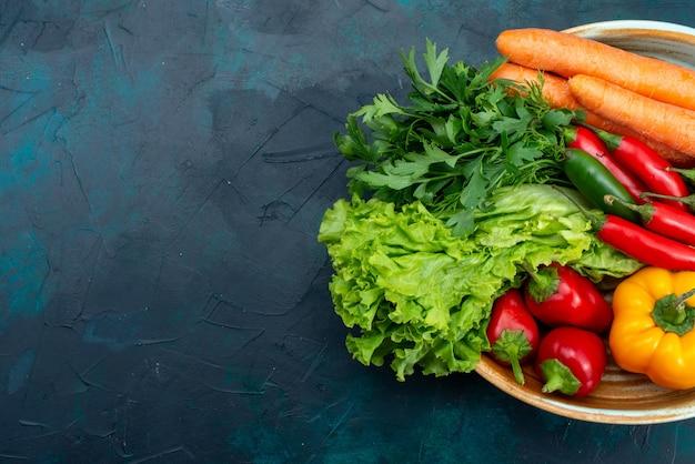 Bovenaanzicht verse groenten met greens op het blauwe bureau snack lunch salade plantaardig voedsel