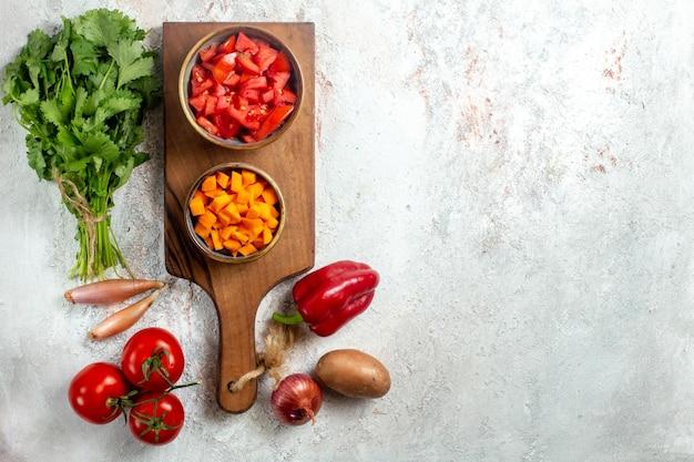 Bovenaanzicht verse groenten met greens op witruimte