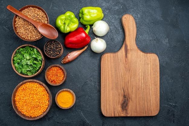 Bovenaanzicht verse groenten met kruiden en groenten op grijze ruimte