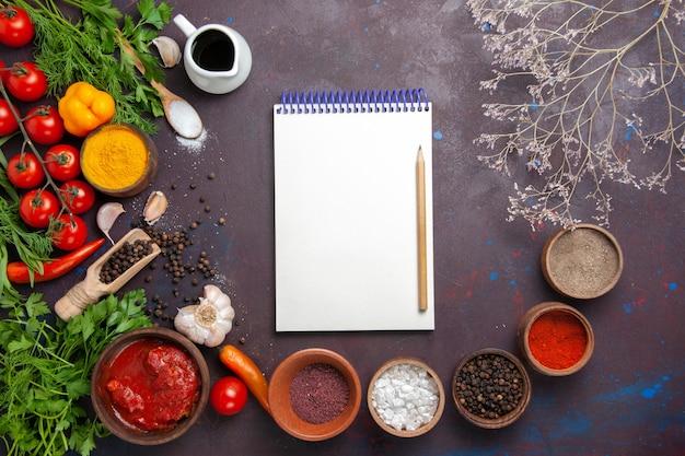 Bovenaanzicht verse groenten met kruiden op donkere ruimte