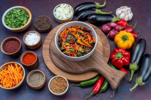 Bovenaanzicht verse groenten met kruiden salade en greens op donkere bureau salade maaltijd groentesnack