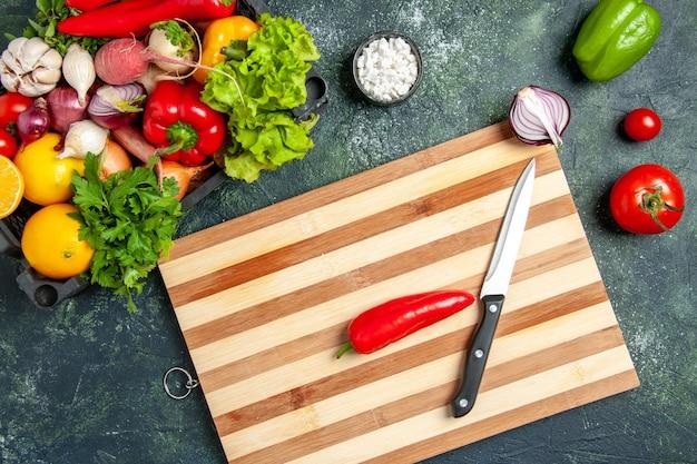 Bovenaanzicht verse groenten op de grijze achtergrond voedsel koken kleur salade keuken keuken maaltijd
