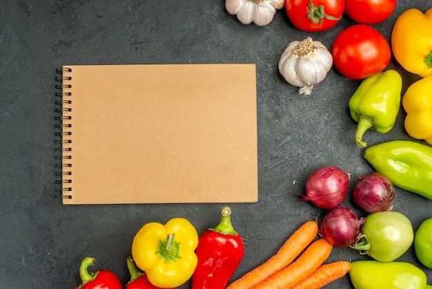 Bovenaanzicht verse groenten op donkere achtergrond