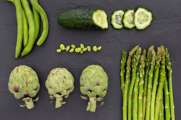 Bovenaanzicht verse groenten op tafel