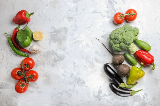 Bovenaanzicht verse groenten op wit bureau