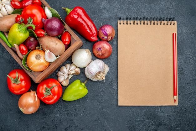 Bovenaanzicht verse groenten samenstelling op donkere vloer rijpe frisse kleurensalade