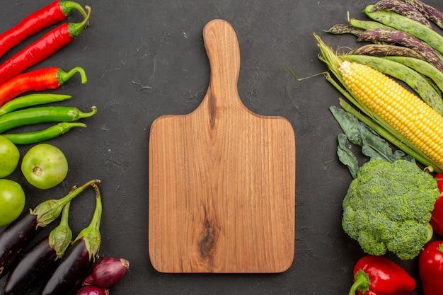 Bovenaanzicht verse groenten samenstelling op donkergrijze achtergrond