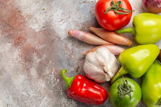 Bovenaanzicht verse groenten samenstelling op witte achtergrond