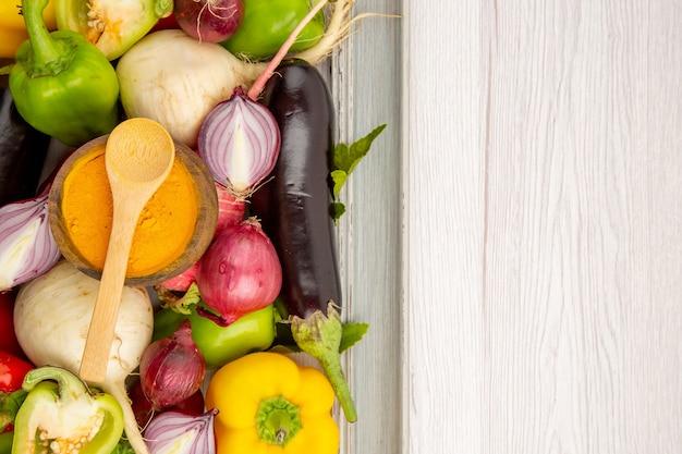 Bovenaanzicht verse groentesamenstelling binnen frame op witte tafel