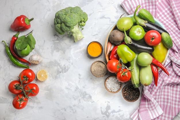 Bovenaanzicht verse groentesamenstelling binnen plaat op lichtwitte achtergrond