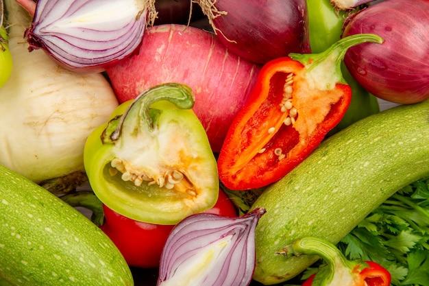 Bovenaanzicht verse groentesamenstelling met greens op witte tafel