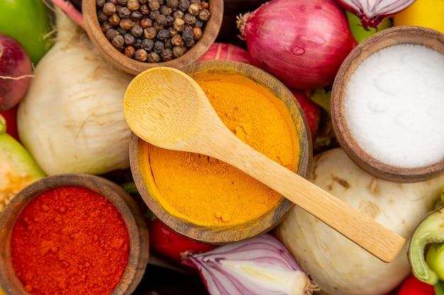 Bovenaanzicht verse groentesamenstelling met kruiden op witte tafel
