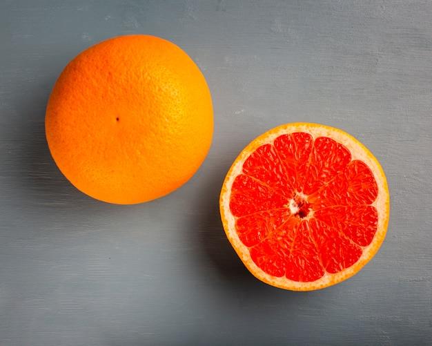 Bovenaanzicht verse half gesneden grapefruit