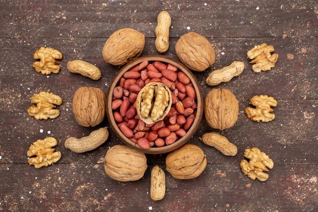 Bovenaanzicht verse hele noten walnoten en pistachenoten bekleed op bruin