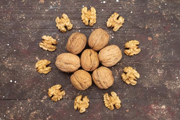 Bovenaanzicht verse hele walnoten in de schaal en schoongemaakt bekleed op bruin