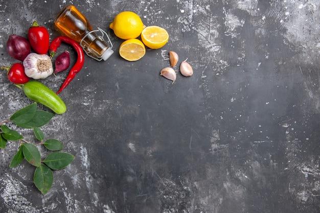 Bovenaanzicht verse ingrediënten olie knoflook citroen plakjes en andere producten