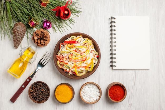 Bovenaanzicht verse kipsalade met kruiderijen op witte ondergrond snack vlees verse salade maaltijd