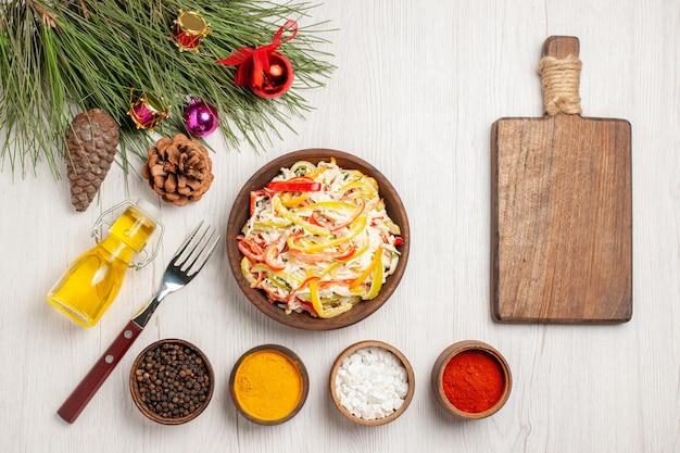 Bovenaanzicht verse kipsalade met smaakmakers op een licht wit bureau snack vlees verse salade maaltijd