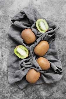 Bovenaanzicht verse kiwi klaar om te worden geserveerd