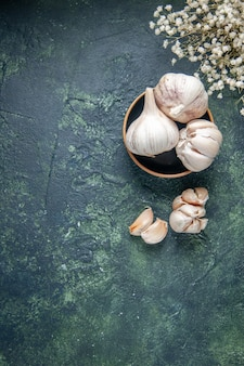 Bovenaanzicht verse knoflook op donkergrijze oppervlakte plant groente zure kruiden greens voedsel peper
