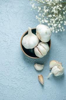 Bovenaanzicht verse knoflook op een lichte ondergrond plant kruiden plantaardige peper voedsel zuur