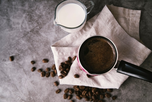 Bovenaanzicht verse koffie en melk