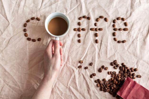 Bovenaanzicht verse kopje koffie met papieren zak
